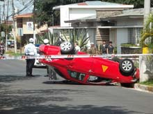 This car accident happened in Avenida 5, in San Jose. One driver did not obey a traffic sign and flipped the taxi over.