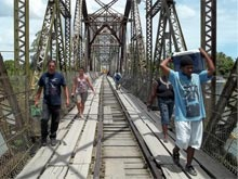 This is the border crossing from Costa Rica to Panama, the bridge has only one lane.