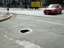 Selbst auf viel befahrenen Strassen  kann es Löcher in der Fahrbahn geben. Auf dem Foto handelt es sich um die Ecke Calle 30 und Paseo Colon.