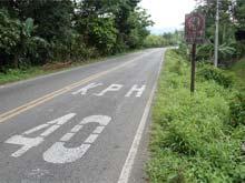 Verkehrszeichen sind nicht immer eindeutig in Costa Rica. Auf dem Schild und auf der Strasse werden zwei unterschiedliche Höchstgeschwindigkeiten angegeben.