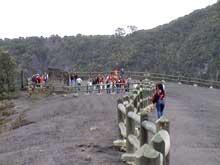 Besucher auf dem mit grauem Vulkanstaub bedecktem Irazu Vulkan.