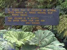 Eine Warntafel im Poas Vulkan Nationalpark.