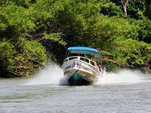 Anstatt mit dem Auto kann man auch von Sierpe mit dem Boot nach Drake Bay anreisen.