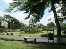 Der Stadtpark im Ortskern von La Fortuna.