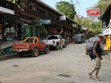 Im Ortskern findet man Supermärkte, Bars, Restaurants, Tourveranstalter und Geldautomaten.