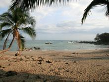 Der helle Strand von Playa Montezuma.