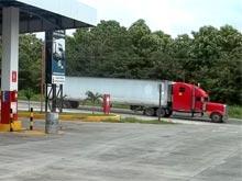 Kurz vor der Grenze zu Nicaragua gibt es eine Tankstelle. Die Schlange der wartenden LKWs, die auf dem Weg nach Nicaragua sind, staut sich normalerweise bis hierher.