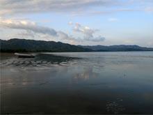 Der menschenleere, dunkle Sandstrand von Playa Tambor.