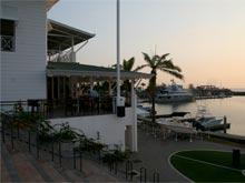 Dem Sportfischer stehen für das Hochseangeln im Marina Pez Vela perfekt ausgestattete Yachten zur Verfügung. Besucher können von einem der Restaurants das Treiben im Hafen beobachten.