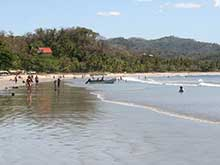 Am Strand von Playa Samara gibt es keine hohen Wellen.