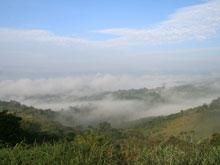 Der Ort ist idyllisch eingerahmt von den grünen Hügeln.