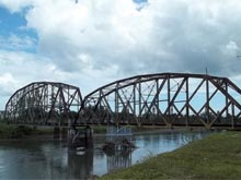 Die Eisenbahnbrücke über den Fluss Sixaola..