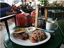 Zum Frühstück isst man in Costa Rica Pinto.