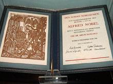 El Premio Nobel de la Paz otorgado a Oscar Arias Sánchez se exhibe en el museo nacional.