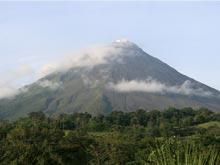 El Volcán Arenal tiene una altura de 1633 metros.