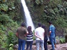 Un popular tour de un día, desde Alajuela, es una visita a las Cataratas de La Paz.
