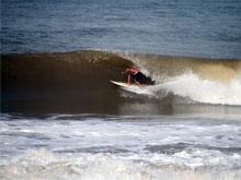 Hay buenas olas y tubos en Playa Hermosa.