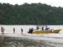 Hay un servicio de lancha rápida diario entre Herradura y Montezuma. El vieje en el taxi bote dura aproximadamente una hora.