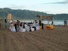 Una ceremonia de boda en la playa, Costa Rica es un muy popular destino de bodas frente al mar.