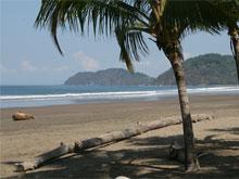 La playa de Jacó durante la marea baja.