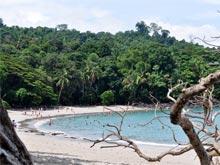 Las playas de arenas blancas dentro del parque, esto es Playa Manuel Antonio, son ideales para nadar.