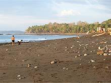 La playa de arena oscura en Pavones.