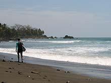La mayoría de turistas en Pavones son surfos.