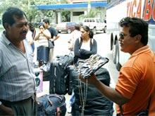 Un vendedor ambulante ofrece relojes en la frontera de Peñas Blancas.