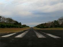 El océano empieza al fin de la pista de aterrizaje.