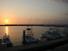 La marina es ideal para disfrutar de un atardecer y observar la llegado de los barcos después un día de pesca.