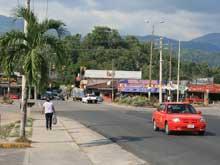 La Carretera Interamericana pasa por el centro de la ciudad Río Claro.