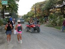 Scooters, motocicletas y quads son populares medios de transporte en Playa Santa Teresa.