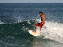 Surfistas de todo el mundo vienen a Playa Tamarindo por las buenas olas.